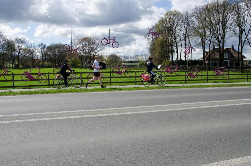 Philip loopt tussen de fietsen. Foto door Reinoud Kamstra